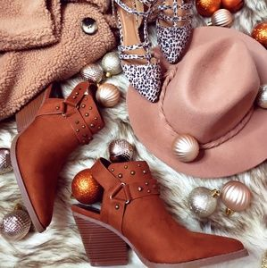 Shoes - 🆕️//The Sequoia// Tan Studded Mule